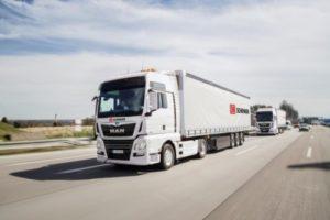 Vrachtwagenfabrikant en logistieke dienstverlener sluiten platooning deal