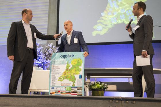 Wethouder economische zaken van Tilburg, Ronald Bakker (foto midden), nam tijdens de Summit Logistieke Hotspots namens Tilburg-Waalwijk de prijs van beste nationale e-fulfilment hotspot van Nederland in ontvangst.