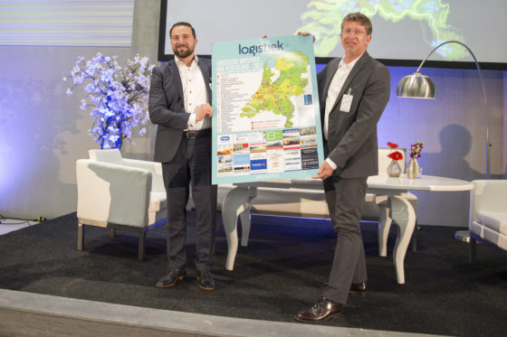 Venlo-Venray geen winnaar dit jaar maar desondanks blij met de prijs cross border e-commerce hotspot nummer 1 van Nederland. Foto (links) Ron Kuijpers (SMART LCV) en Winand van de Kooij, beleidsmedewerker gemeente Venray.