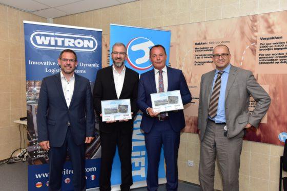 De ondertekening van het contract. Van links naar rechts Christian Dietl (CEO Witron Service), Helmut Prieschenk (algemeen directeur Witron), Siep de Haan (algemeen directeur Hoogvliet) en Frans Schijf (financieel directeur Hoogvliet).